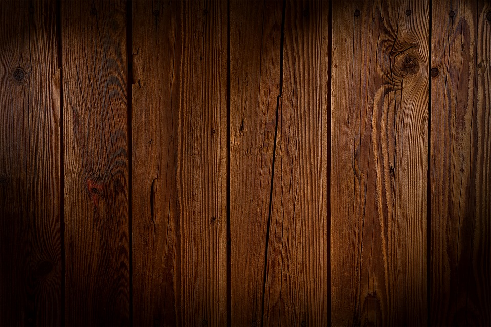Verano 2018: la madera oscura es tendencia